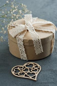 Presente artesanal com laço de laço, coração