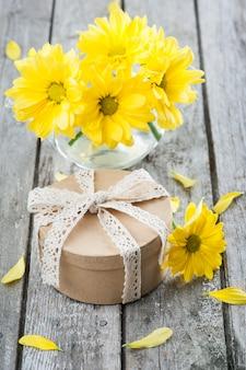 Presente artesanal e margaridas amarelas