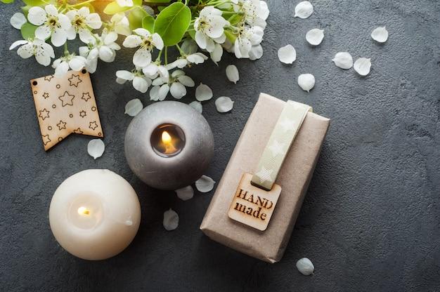Presente artesanal ou presente, flor de cerejeira e velas