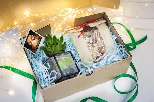 Presente, caixa com presentes diferentes, biscoitos, molde de flores de vidro, alegria