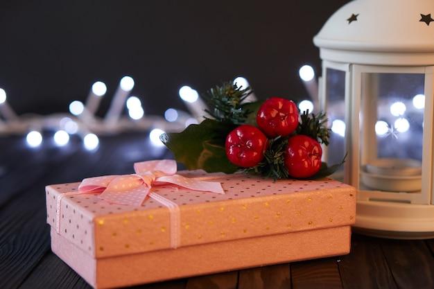 Presente caixa rosa decoração de natal feriado mesa de madeira