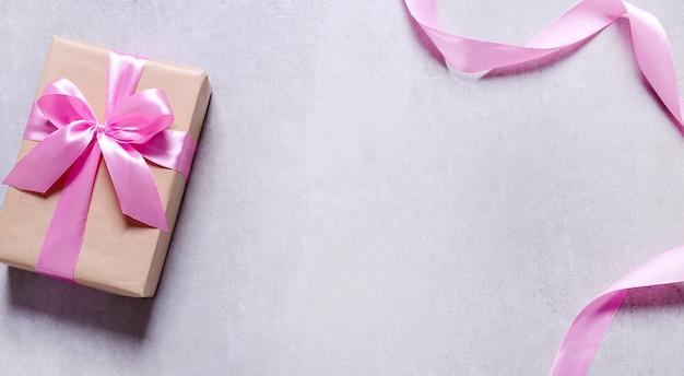 Presente com fita rosa