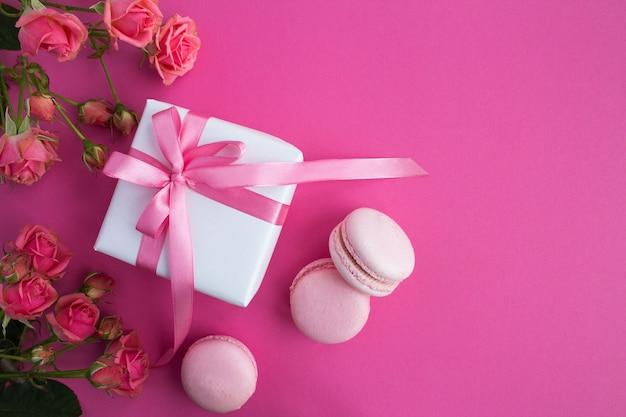 Presente com laço rosa, macaroons e rosas cor de rosa