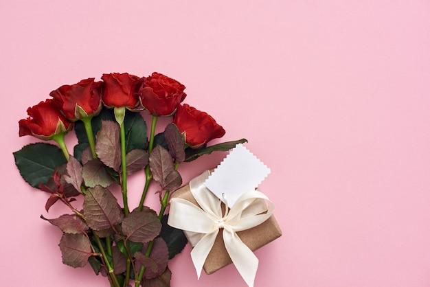 Presente com lindo buquê de rosas e linda caixa de presente decorada com fita branca