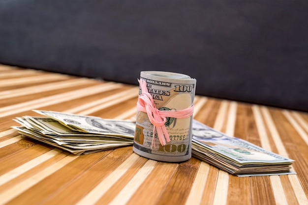 Presente com notas de dólar na mesa.