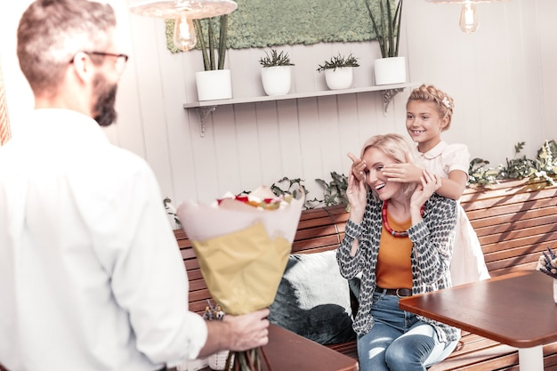 Presente da família. mulher feliz e alegre sorrindo enquanto festejava seu aniversário