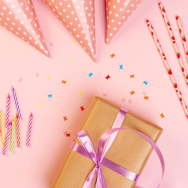 Presente de aniversário ao lado de enfeites coloridos