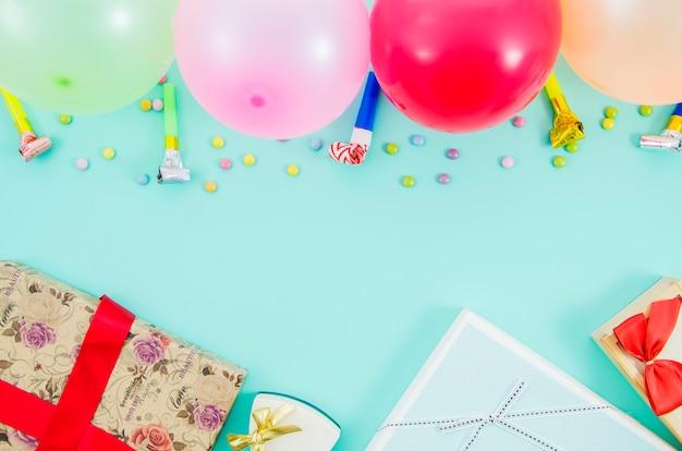Presente de aniversário com balões coloridos