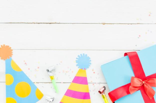 Presente de aniversário com chapéu de festa