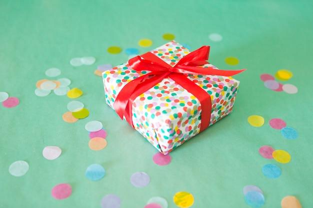 Presente de aniversário com confetes