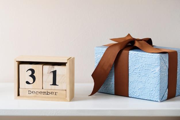 Presente de ano novo com um calendário ecológico em 31 de dezembro. conteúdo de ano novo.