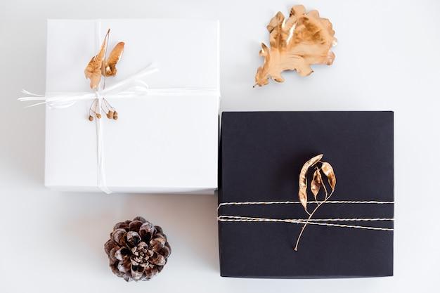 Presente de ano novo de luxo com decoração de folhas de ouro