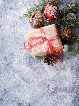 Presente de ano novo de natal com fita e neve