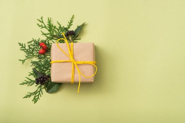 Presente de ano novo. saudações. decoração de zimbro. caixa de presente.