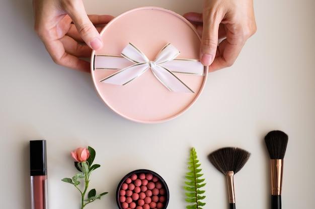 Presente de beleza rosa com conjunto cosmético.