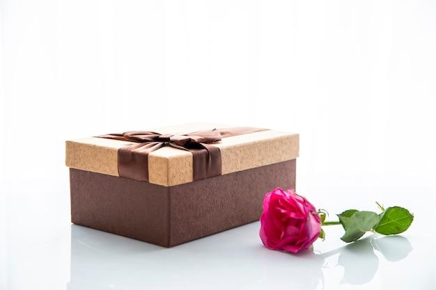 Presente de caixa de chocolate e rosa