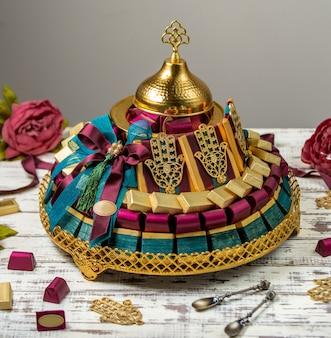 Presente de cesta de chocolate em cima da mesa