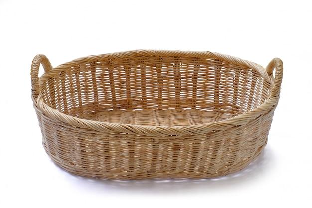 Presente de cesta de vime em branco para colocar produtos de legumes de frutas de padaria ou outros animais isolados.