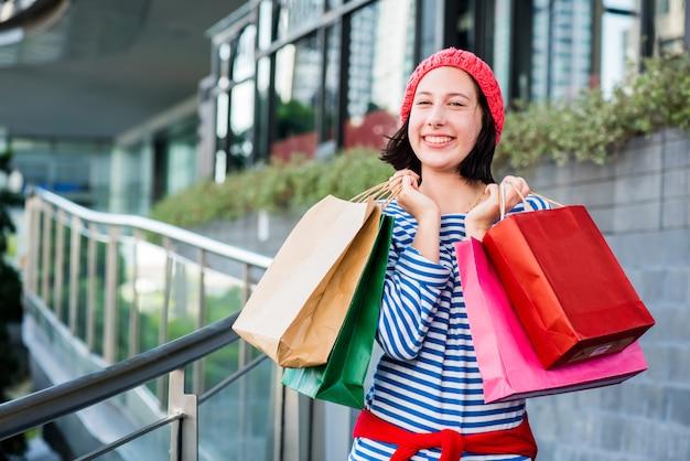 Presente de compras e presente de férias para a festa de ano novo e aniversário. mulheres adolescentes segurando uma sacola de compras.