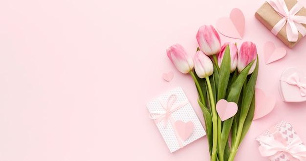 Presente de cópia-espaço ao lado de tulipas