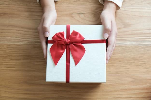 Presente de dia dos namorados. caixa de presente e fita vermelha para par romântico.