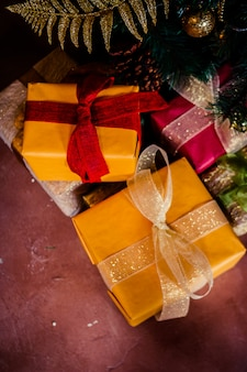 Presente de feriado sob a árvore de natal