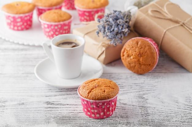 Presente de muffins de café na mesa