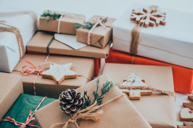 Presente de natal artesanal com tag para feliz natal e ano novo. caixas de presente de artesanato rústico. tom de cor vintage.