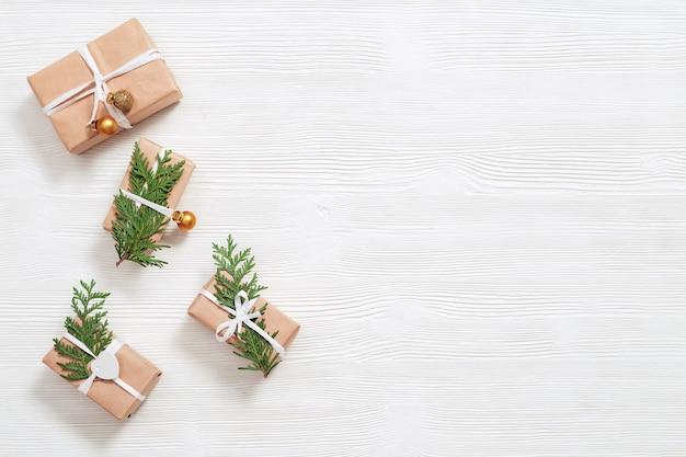 Presente de natal artesanal e ramos de thuja, bolas douradas
