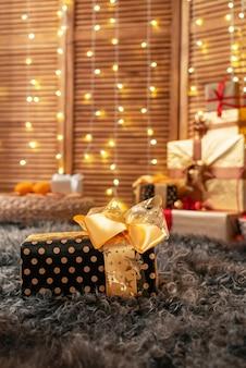 Presente de natal, caixa de presente embalado em folha de ouro e amarrado com uma fita.