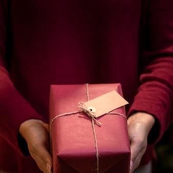 Presente de natal close-up embrulhado em casa