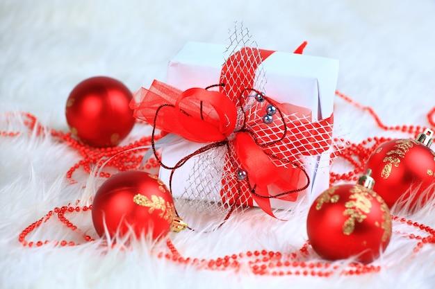 Presente de natal com bolas vermelhas isoladas no fundo branco
