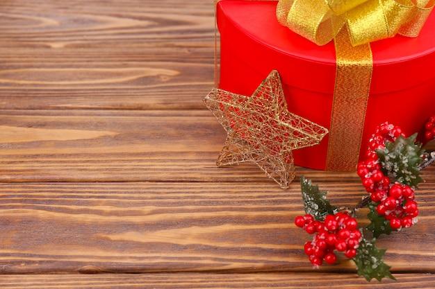 Presente de natal com decoração em fundo de madeira
