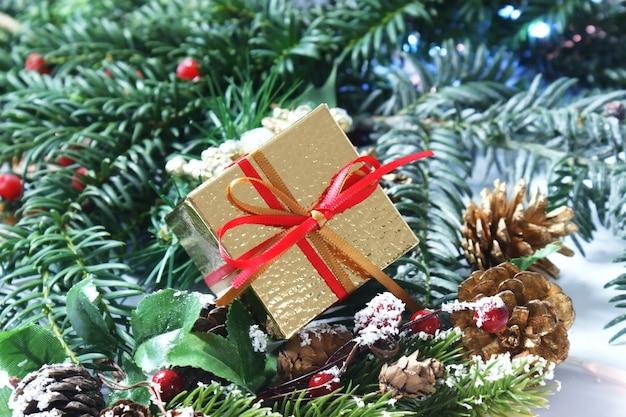 Presente de natal com fita vermelha e dourada