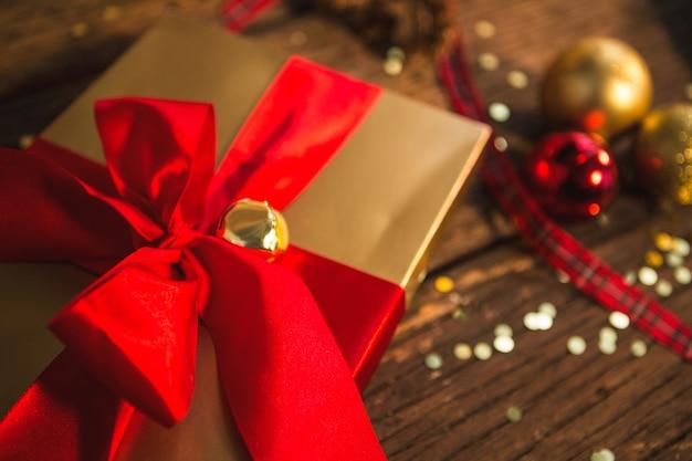 Presente de natal com fita vermelha