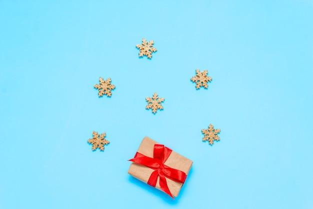 Presente de natal com laço vermelho e estrelas douradas