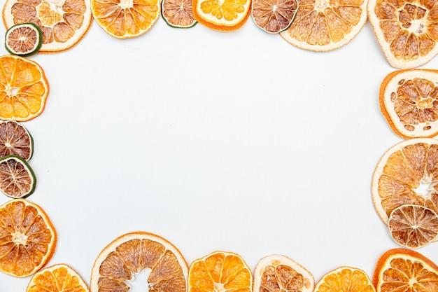 Presente de natal com laranja seca isolada no fundo branco