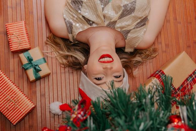Presente de natal composição de feriado festivo com caixas de presente de mulher enfeites de pinheiro