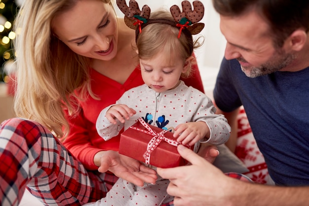 Presente de natal de abertura com os pais