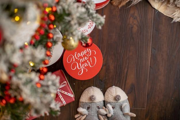 Presente de natal debaixo da árvore, a inscrição na caixa, feliz ano novo. clima festivo, esperando por um milagre