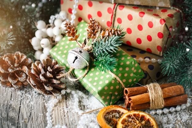 Presente de natal e árvore de natal no fundo escuro de madeira