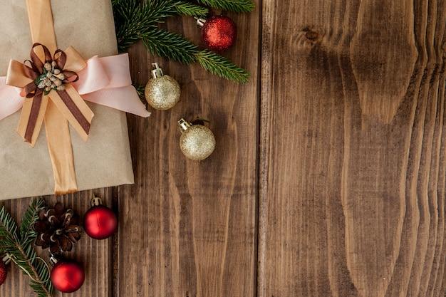 Presente de natal e bolas na madeira