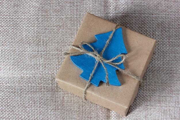 Presente de natal em embalagem de papel pardo.