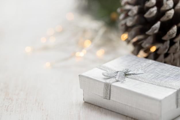 Presente de natal em fundo branco de madeira