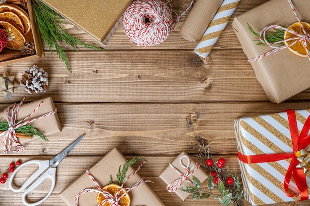 Presente de natal em fundo de madeira com espaço de cópia
