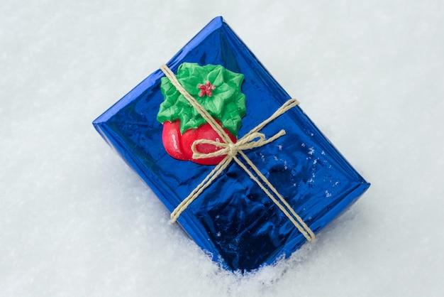 Presente de natal em fundo de neve