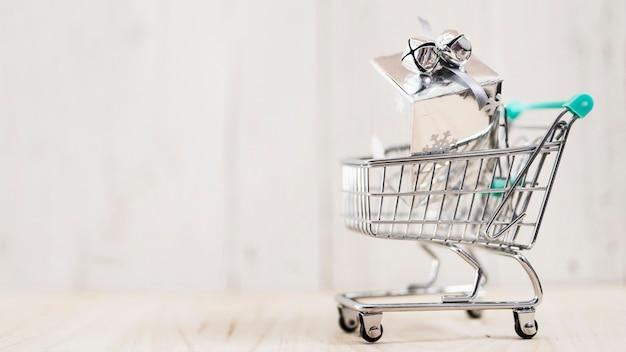 Presente de natal em um carrinho de compras