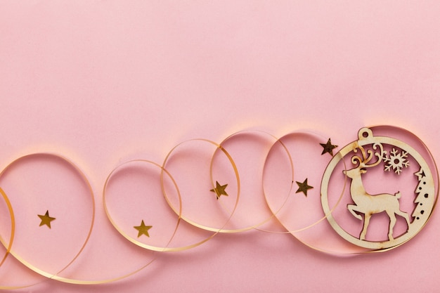 Presente de natal em um fundo rosa, comemorações de réveillon