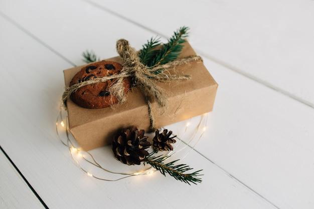 Presente de natal em uma mesa de madeira branca. conceito de natal.