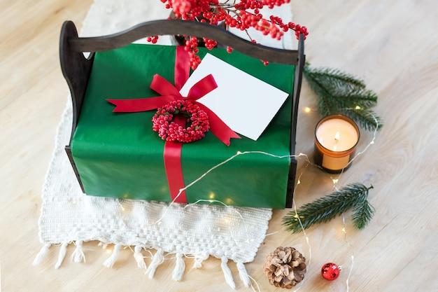 Presente de natal embrulhado caseiro com ferramentas e enfeites